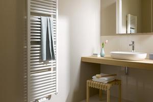 Ein Heizkörper steigert den Wohnkomfort – angefangen bei vorgewärmten Handtüchern
