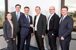 Vertragsabschluss (v.l.): Julia Bayer (SmartMakers), Minol-Geschäftsführer Zeljko Petrina und Alexander Lehmann, Sebastian Stute und Robert Koning (SmartMakers) sowie Borislav  Stöckermann (Minol)