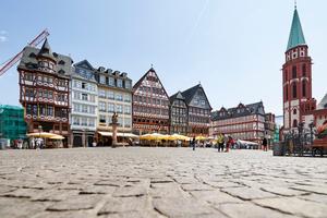 Frankfurt am Main gehört zu den Metropolen, die weiter wachsen werden. Neue Konzepte für bezahlbaren Wohnraum sind gefragt, etwa die Aufstockung – wenn auch nicht am historischen Römer