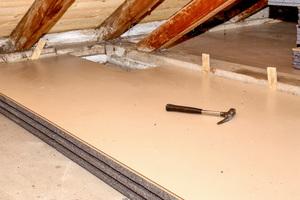 Bei dem Sanierungsprojekt kamen Thermobodenelemente in WLS 034 mit versiegelter, wischfester HDF-Oberfläche zum Einsatz