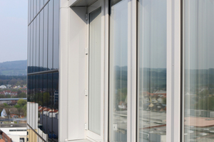Die Oberfläche der Fassade ist weitestgehend mit Solarpaneelen bedeckt