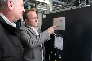 Dipl.-Ing. Eckhardt Schmerberg (links) und Thorsten Thierbach, Technischer Berater bei Buderus, haben am BHKW-Schaltschrank alles im Blick