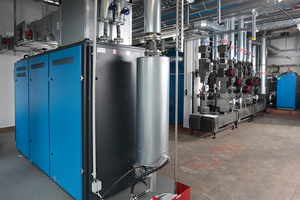 Vorne das BHKW, im Hintergrund die vorgefertigten Hydraulikmodule MEC HSM zur optimalen Wärmeverteilung