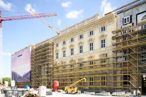 Zu den Tagen der offenen Baustelle wurde ein 30 m langes fertiges Fassadenstück auf der Lustgartenseite präsentiert