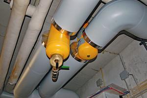 Der Mikroblasen- und der Schlammabscheider wurden in Vor- bzw. Rücklauf installiert