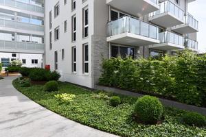 Foto rechts: Eine Besonderheit des Wohnkonzeptes sind die Glaseinhausungen der Balkone und Loggien, die manuell geöffnet und geschlossen werden können, damit eine wetterunabhängige Nutzung möglich ist