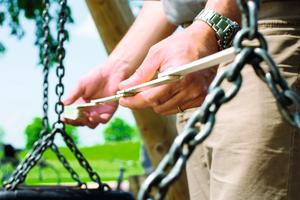 """Sicherheit hat oberste Priorität: Kontrollen von """"Spielplatzgeräten und Spielplatzböden"""" basieren auf der europäischen Norm DIN EN 1176"""