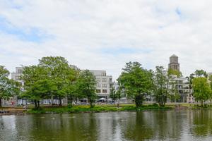Blick über den Fluss zum Ruhrquartier (links) und zum Turm des Mülheimer Rathauses