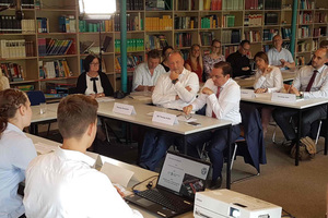 Gleich zu Beginn stellten die Schüler ihre Gäste, zu denen auch Essens Oberbürgermeister Thomas Kufen und ista CEO Thomas Zinnöcker zählten, mit einem Klimaquiz auf die Probe