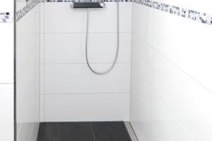 Durch die maßgefertigte Rinne kommt diese Duschnische mit einer Gefällerichtung aus