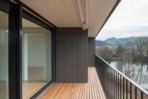 Raumhohe Öffnungen mit vorgelagerten Balkonen bieten hohe Aufenthaltsqualität