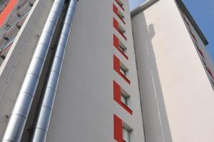 Die Abgasführung an der Fassade: die Abgasrohre werden über etwa 37 m wirksame Höhe geführt