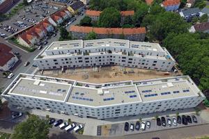 Die klammerartige Gegenüberstellung der Gebäude trennt öffentliche und private Räume