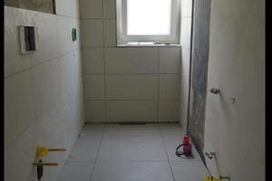 Durch ein Vorwandsystem und die neue bodengleiche Dusche am Fenster herrscht mehr Platz