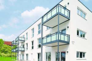 Vorgesetzte Stahlbalkone erweitern den Wohnraum um einen Freisitz nach außen