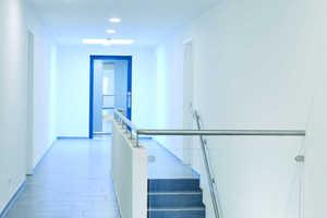 Helle Treppenhäuser erschließen die Wohnetagen im dreigeschossigen Gebäude