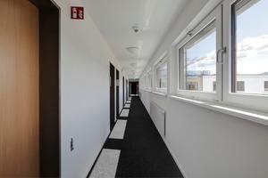 Blendungen und starke Licht-Schatten-Effekte im Raum können für die Bewohner zur scheinbar unüberwindlichen Barriere werden