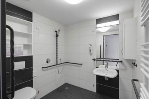 Visuelle Barrierefreiheit bis ins Bad: Weiße Badkeramik und Haltegriffe heben sich nur dann kontrastreich ab, wenn ein starker Wandkontrast zu den Ausstattungselementen gegeben ist