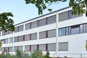 Eine nuancierte Farbgebung der Fensterpfeiler im Farbkreisverlauf fasst den Campus gestalterisch zusammen
