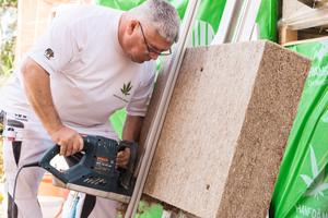 Exakter Zuschnitt: Hanfplatten des Fassadendämmsystems Capatect Natur+ lassen sich vor Ort maßgenau zuschneiden. Anbieter Caparol empfiehlt Verarbeitern dafür das passende Werkzeug