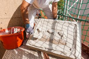 Geübte Praxis: Hanfdämmplatten von Caparol werden nach der Wulst-Punkt-Methode mit Armiermörtel versehen, …