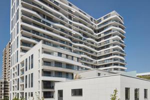 Vom Hochhauswohnen bis zum Reihenhaus: Axis integrierte diverse Wohnformen. Am Haupteingang empfängt die Besucher eine Video-Türstation
