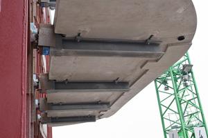 Rechts: Für die Montage der Balkone wurden die freigelegten, durchgehenden senkrechten Stahlträger des tragenden Stahlskeletts genutzt