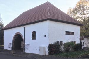Unten: Torhaus der historischen Spormühle