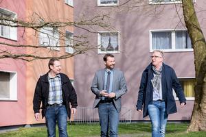 Zufriedene Gesichter: (v.l.n.r.) Caparol-Verkaufsberater Markus Gerdesmann, der technische Vorstand der WoGe Duisburg Hamborn eG Axel Kocar und Malermeister Frank Klein