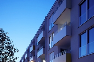 Zur Straße hin bildet die Wohnanlage eine strenge, geometrische Geschlossenheit. Im Erdgeschoss werden zum Jahresbeginn 2018 eine Bäckerei und Arztpraxen einziehen – das Wohnumfeld ist wichtig, dazu gehören ärztliche Angebote im Quartier