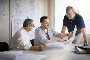 AEG-Fachberater Sabri Incili (links) mit Johannes Elflein (Mitte), Projektleiter ecoplan Lichtenfels, und Robert Engert, Geschäftsführer ecoplan Bamberg, im Gespräch