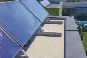 Der Belastung durch nachträglich installierte Solarmodule hält die Abdichtung stand