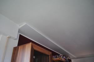 """<irspacing style=""""letter-spacing: -0.02em;"""">Verlegung in einem Wohnraum - im Bereich der Rolladenkästen führten maßgeschneiderte Lösungen die Strahlungsheizung bis an die Kästen heran</irspacing>"""