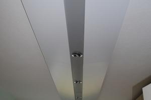 Montage-Schmetterling: Die Corner verläuft mittig, die Lichtinstallation wird aufgenommen