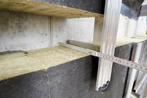 """Zur Ausbildung der horizontalen und vertikalen Brandsperren wurde das """"Fixrock BWM Brandriegel Kit"""" verwendet"""