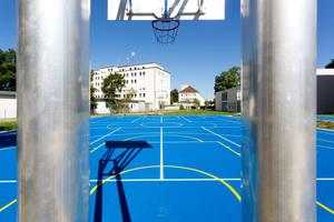 Die glatte, zugleich rutschsichere Oberfläche auf dem Allwetterplatz eignet sich durch das gute Ballsprungverhalten für Ballsportspiele aller Art