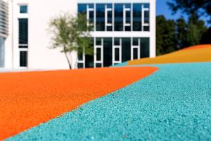 Nahaufnahme des Fallschutzbelags, der aus komplett neu produziertem und durchgefärbtem EPDM-Granulat hergestellt wird