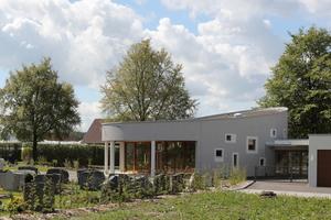 Mit Dachbauteilen für große Spannweiten wurde die geschwungene Pultdachgeometrie der Aussegungshalle Lottstetten realisiert