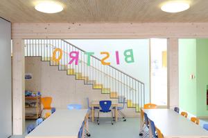 """Wo 100 Kinder miteinander spielen, toben oder essen wird es laut – wie hier im """"Bistro"""": Die Deckenelemente sorgen für Ruhe bei Tisch"""