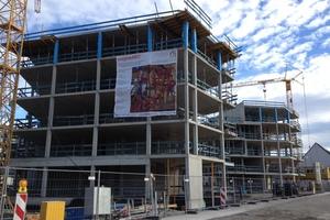 Schneller Wohnungsbau. Vor das Stahlbetonskelett wurden in Holzbauweise vorgefertigte Fassadenelemente gehängt