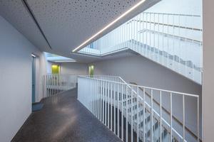Licht, aber nicht laut. Für die Aufenthaltsqualität in Treppenhäusern und Fluren sorgen gut funktionierende Knauf Akustik-Decken