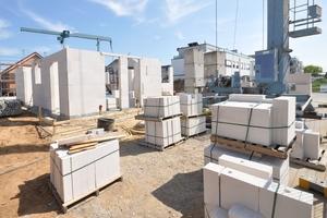 Die logistisch optimierten Arbeitsabläufe rund um die vorgefertigten Planelemente reduzieren die Baukosten und sichern eine schnelle Abwicklung der Rohbauarbeiten
