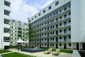 Hell und sonnig: Der parkähnlich angelegte Innenhof lädt mit von Sonnensegeln überdachten Sitzecken zum Verweilen ein