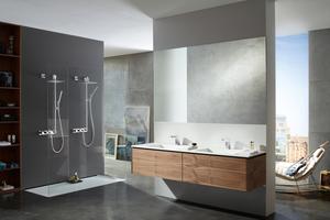 Das Badezimmer kann als Wellness-Oase und Gesundheitsraum genutzt werden. Hier die berührungslose Variante der Armaturenserie HANSALOFT