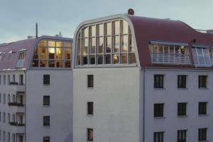 Dachschalen in Form einer Berliner Tonne ersetzen die Spitzdächer von zwei mehrgeschossigen Stadthäusern im Berliner Stadtbezirk Prenzlauer Berg
