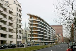 Die Gebäudehülle des achtgeschossigen, 150 m langen und nur 10 m breiten Aktiv-Stadthaus' in Frankfurt am Main besteht aus wärmegedämmten Holzrahmenbau-Elementen