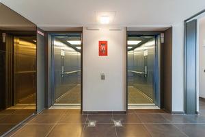 Zählt ein Gebäude in die Kategorie der Hochhäuser, muss laut Muster-Hochhaus-Richtlinie jede Etage von mindestens zwei Aufzügen angefahren werden