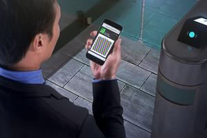 Um den Aufzug zu betreten, müssen Bewohner und Besucher lediglich das entsperrte und mit der myPORT-App ausgestattete Smartphone vor das Terminal halten