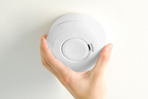 Es empfiehlt es sich, ein Gerät mit CE-Zeichen sowie Q-Prüfsiegel, mit denen beispielsweise die Rauchwarnmelder von Kalo ausgestattet sind, auszuwählen