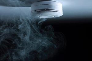 Rauchwarnmelder können mit ihrem lauten Signalton in Brandfällen die Bewohner alarmieren und lebensrettende Sekunden zur Flucht ermöglichen